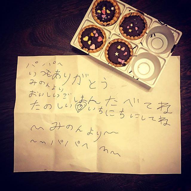 昨日の父の日家に帰ると子供達から何故か既に2個食べてある手作りお菓子と娘から慌てて書いた手紙......を貰いました2個食べてあっても慌てて書いた手紙もやはり嬉しいもんですありがとう本日は午前中リハビリの為午後1時からの営業となりますよろしくお願い申し上げます。️️️##vintageshop #collectables #vintage #ビンテージ雑貨 #ビンテージトイ #父の日プレゼント #二個無い️#急いで手紙を書く娘#感謝️