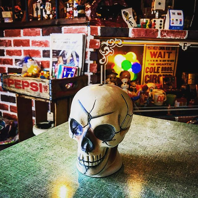 ☠️☠️☠️☠️☠️ ☠️50s SkullBank.........やって来ましたぁ〜〜️コレ超カッケ〜〜〜filament本日都合により3時位まで中抜け致します🏻🏻🏻️ご迷惑お掛けしますがよろしくお願いします️️️️#filament #vintageshop #50svintage #50s #ビンテージ雑貨 #十勝のビンテージ雑貨屋 #SkullBank#ドクロ好き